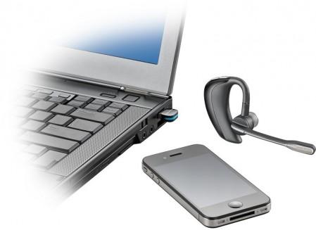 Je kan de headset opladen via de meegeleverde adapter of via de microUSB-kabel die je aansluit op je pc
