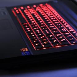 Het klavier is voorzien van RGB LED-verlichting, zodat je de kleur kan aanpassen naar believen