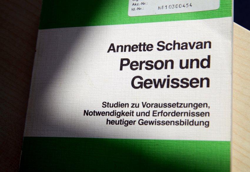 Proefschrift Annette Schavan (c) dpa - Bildfunk+++