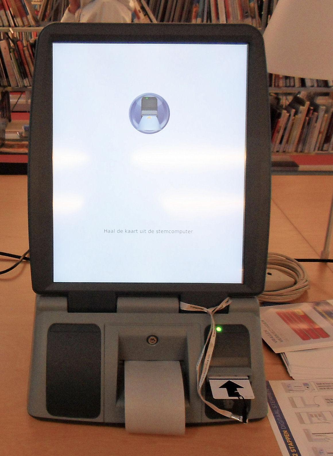 De stemcomputer - oog in oog met een toch wel vreemd apparaat